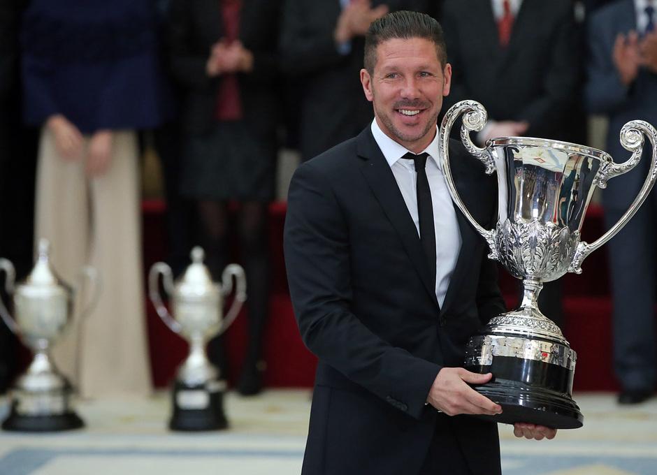 Temporada 14-15. Entrega premios Nacionales del Deporte. Simeone posa con el premio