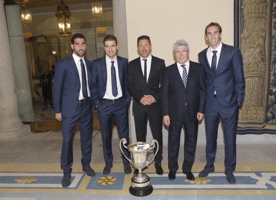 Temporada 14-15. Entrega premios Nacionales del Deporte. La expedición rojiblanca posa junto al premio.