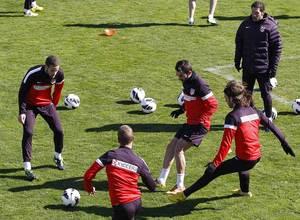 Liga 2012-13. Adrián y  Mario participan en un rondo en Majadahonda antes del partido contra el Espanyol