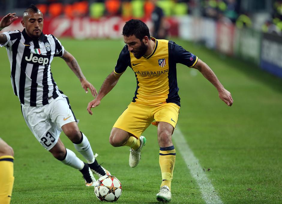 Temporada 14-15. Champions League. Juventus - Atlético de Madrid. Arda intenta controlar el balón.