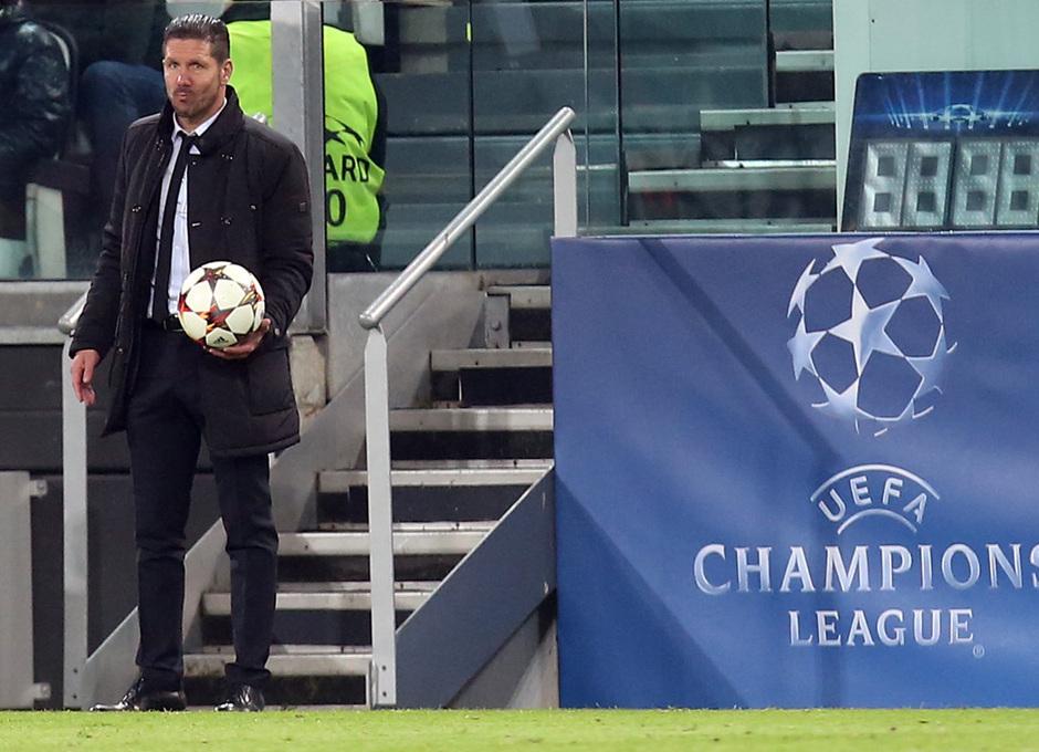 Temporada 14-15. Champions League. Juventus - Atlético de Madrid. Simeone, con un balón en la banda.