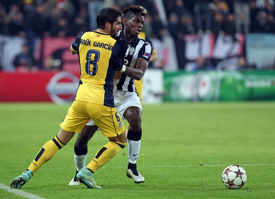 Temporada 14-15. Champions League. Juventus - Atlético de Madrid. Raúl García pugna con Pogba por un balón.