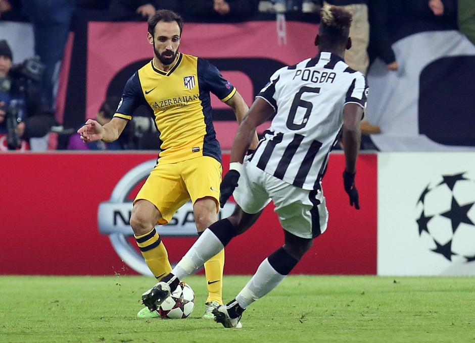 Temporada 14-15. Champions League. Juventus - Atlético de Madrid. Juanfran realiza un pase ante Pogba.