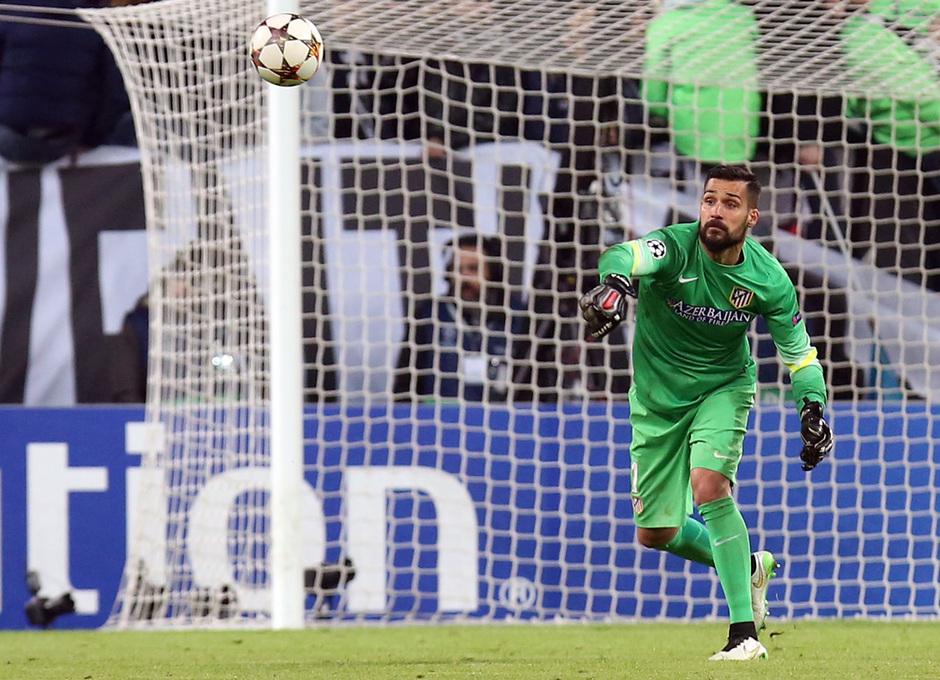 Temporada 14-15. Juventus-Atlético. Moya pasa un balón. Foto: Ángel Gutiérrez