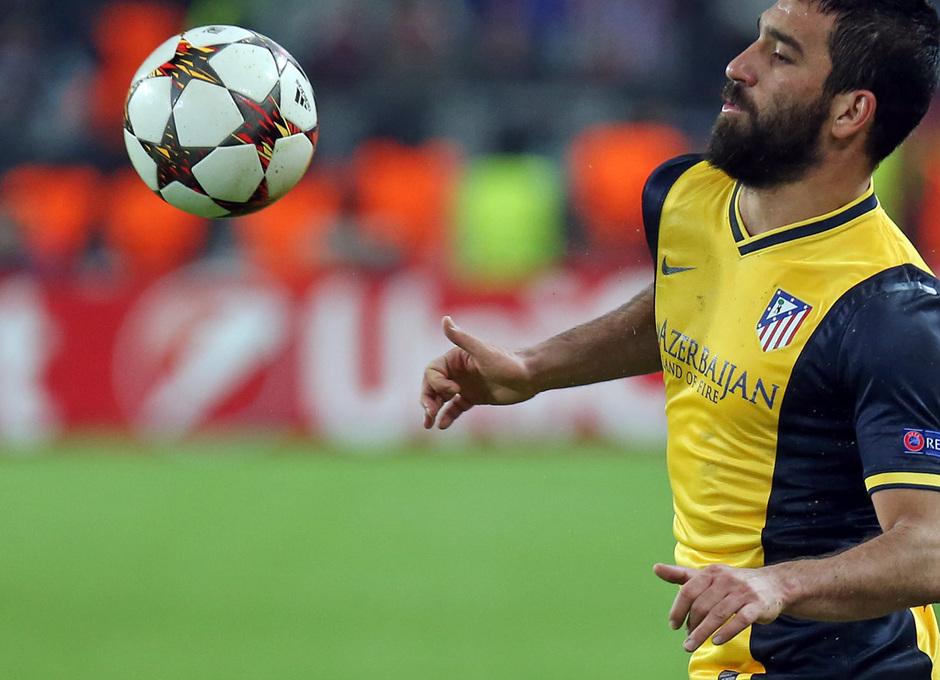 Temporada 14-15. Champions League. Juventus - Atlético de Madrid. Arda Turan controla un balón con el pecho.