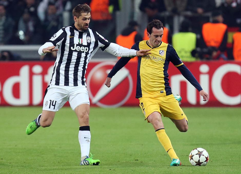 Temporada 14-15. Champions League. Juventus - Atlético de Madrid. Llorente presiona la salida de balón de Godín.