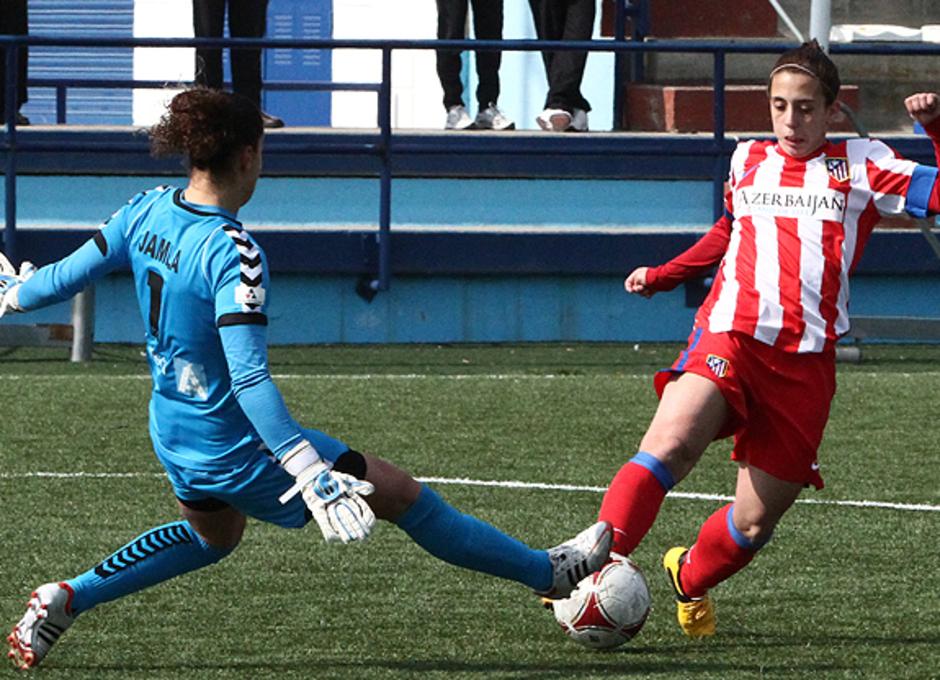Liga 2012-2013. Nagore Calderón evita con un regate la salida de la portera del Prainsa Zaragoza.