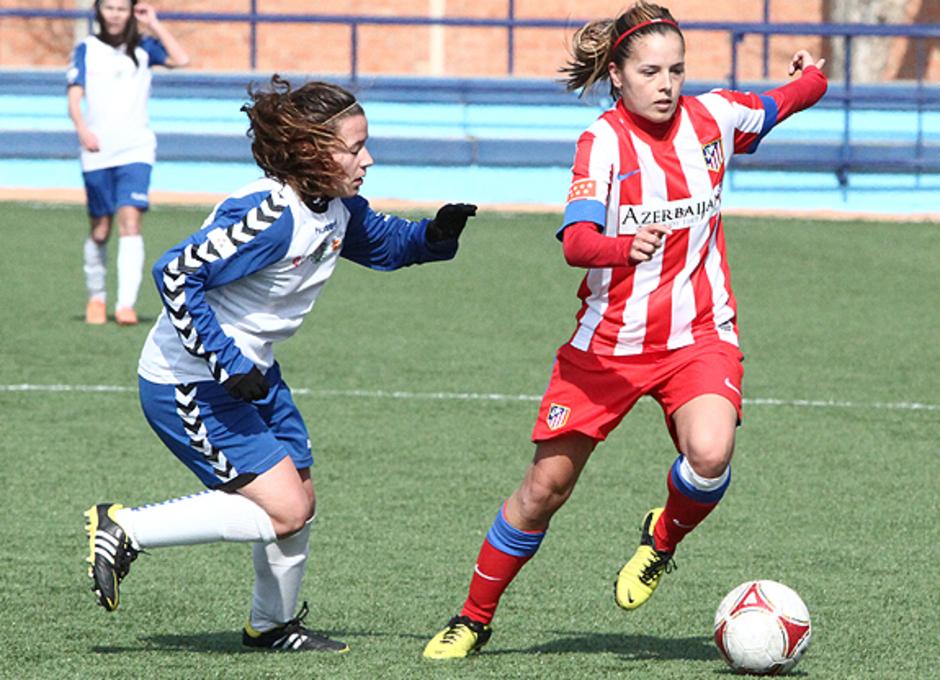 Liga 2012-2013. Claudia Zornoza conduce el balón ante la presencia de una jugadora del Prainsa Zaragoza.