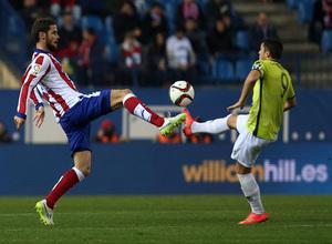 Temporada 14-15. 1/16 Copa del Rey. Atlético de Madrid-L'Hospitalet. Mario Suárez intenta controlar un balón.