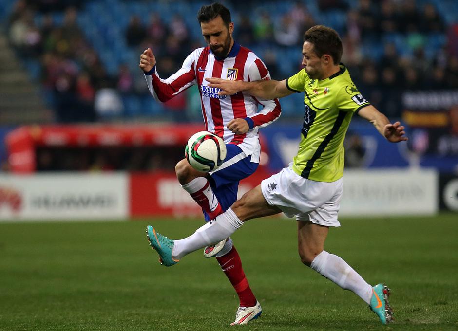 Temporada 14-15. 1/16 Copa del Rey. Atlético de Madrid-L'Hospitalet. Gámez se lleva un balón con la rodilla.