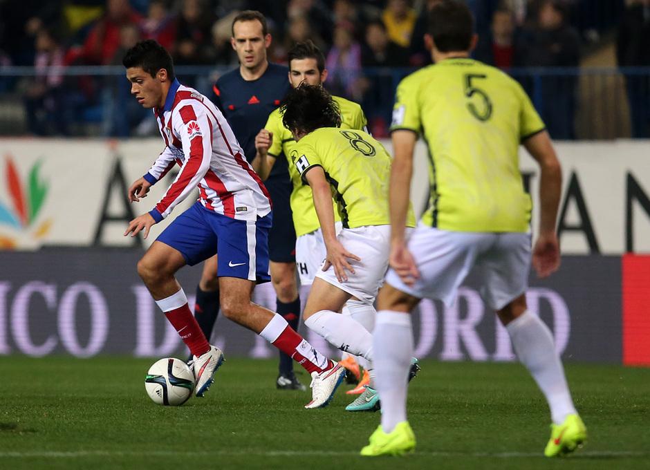 Temporada 14-15. 1/16 Copa del Rey. Atlético de Madrid-L'Hospitalet. Raúl Jiménez  se lleva el balón ante dos rivales.