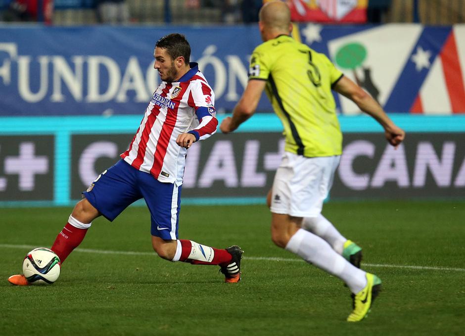 temporada 14/15. Partido Atlético de Madrid Hospitalet. Koke controlando un balón durante el partido