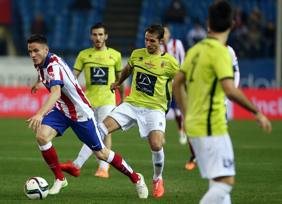 temporada 14/15. Partido Atlético de Madrid Hospitalet.  Saúl controlando un balón durante el partido