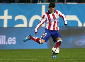 temporada 14/15. Partido Atlético de Madrid Hospitalet.  Carlos controlando un balón durante el partido