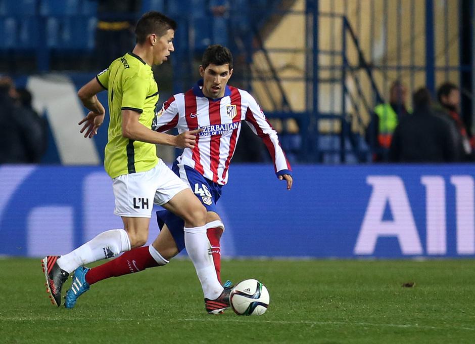 temporada 14/15. Partido Atlético de Madrid Hospitalet.  Carlos luchando un balón durante el partido