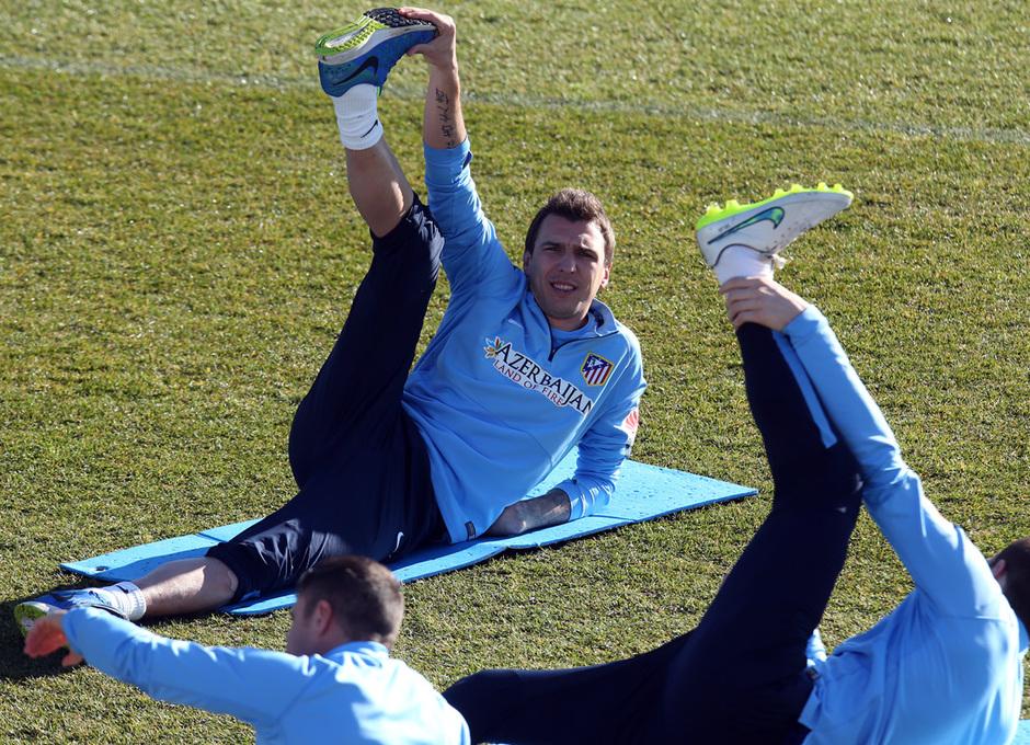 Temporada 14-15. Entrenamiento 19/12. Mandzukic realizando un estiramiento. Foto: Ángel Gutiérrez
