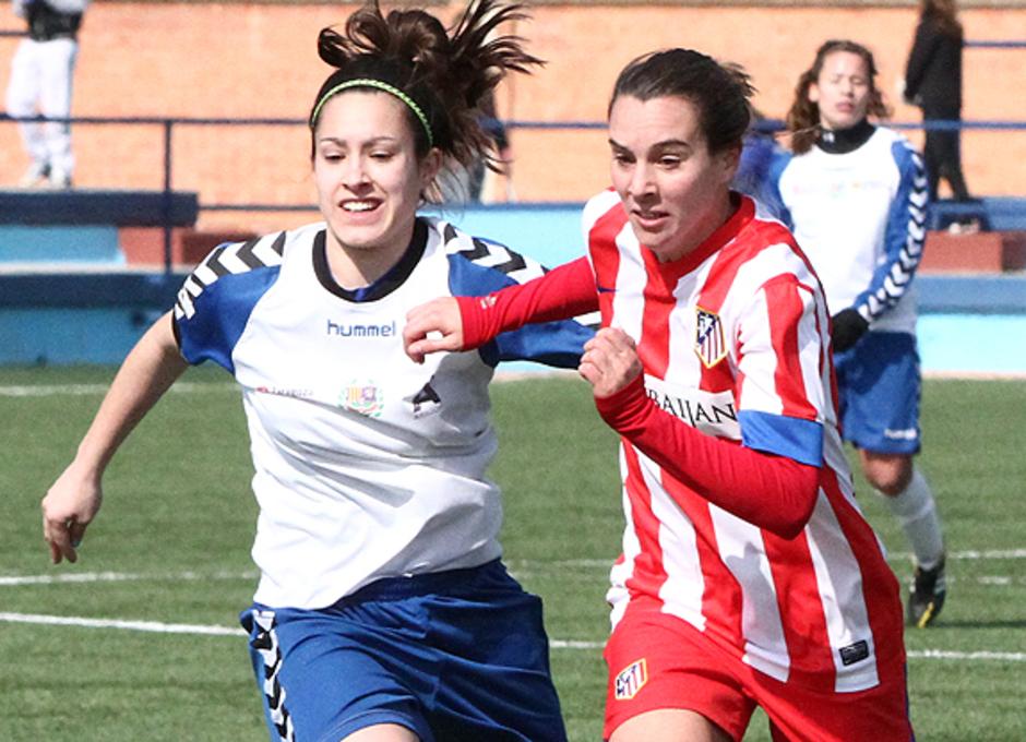 Liga 2012/2013. Priscila en una acción ante una jugadora de Prainsa Zaragoza