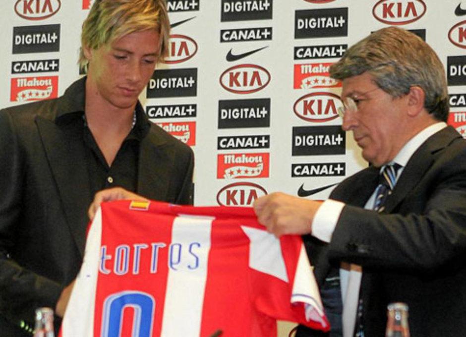Cerezo entrega a Fernando Torres una camiseta el día de su despedida