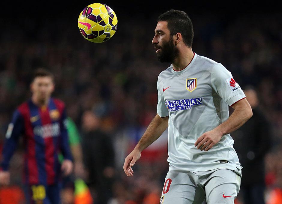 Temporada 14-15. Jornada 18. FC Barcelona-Atlético de Madrid. Arda controla un balón.