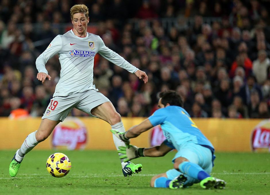 Temporada 14-15. Jornada 18. FC Barcelona-Atlético de Madrid. Torres a punto de llegar a un balón ante Bravo.