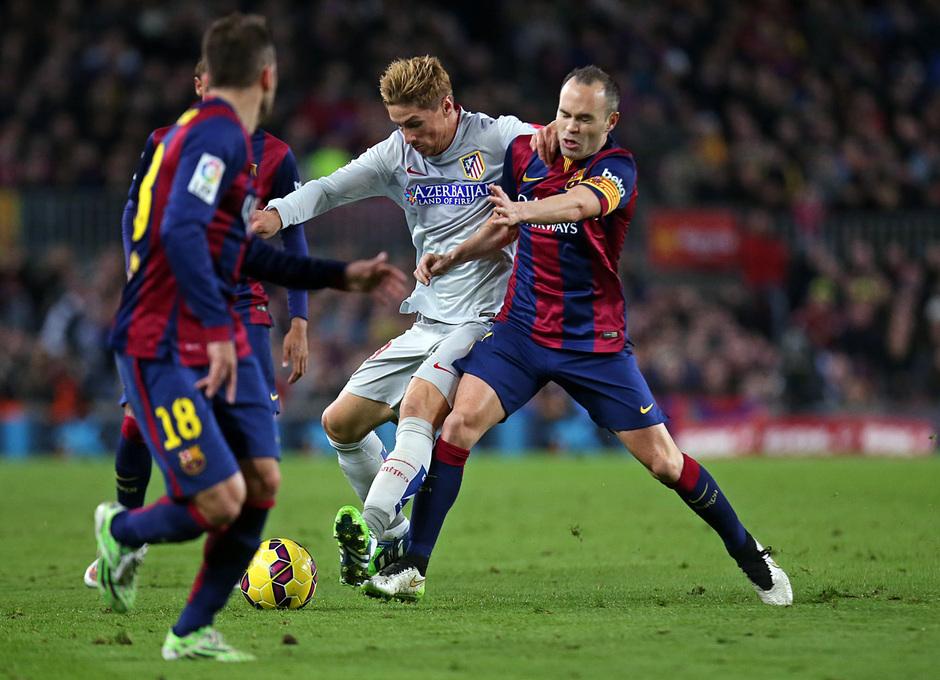 Temporada 14-15. Jornada 18. FC Barcelona-Atlético de Madrid. Torres pelea con Iniesta un balón.