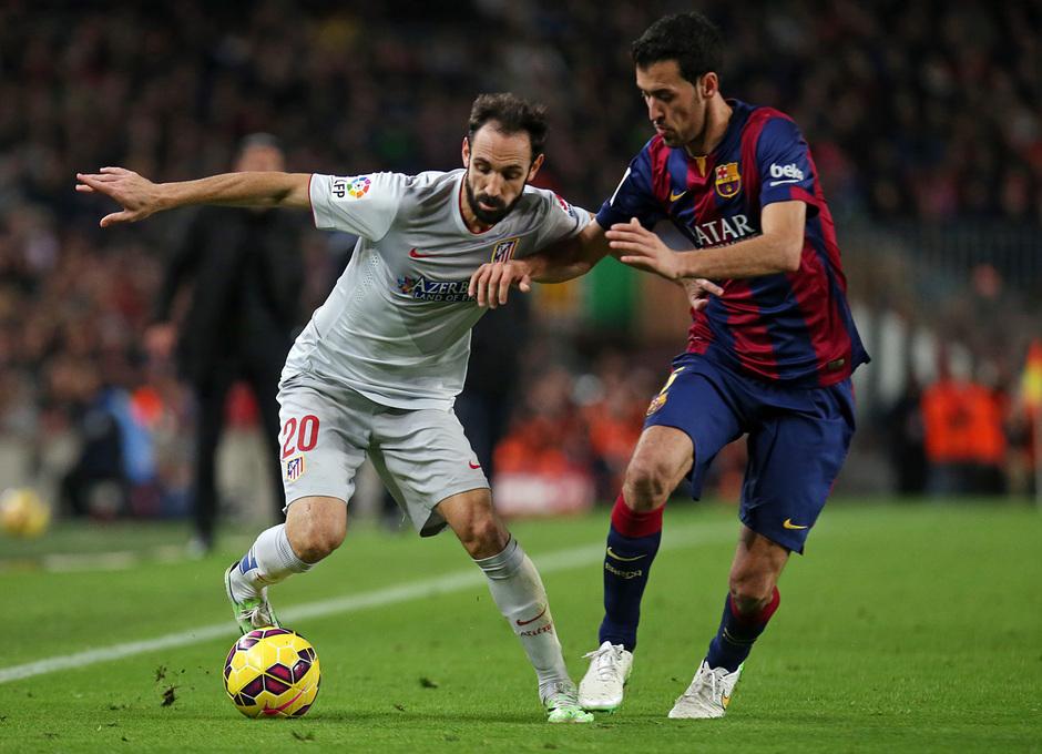 Temporada 14-15. Jornada 18. FC Barcelona-Atlético de Madrid. Juanfran controla el esférico ante Busquets.