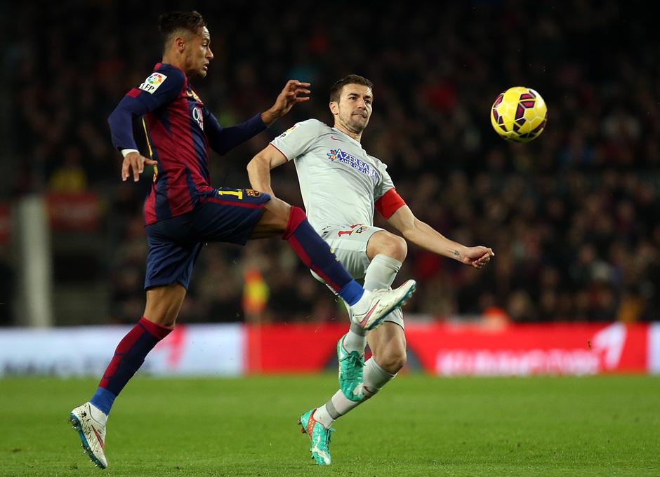 Temporada 14-15. Jornada 18. FC Barcelona-Atlético de Madrid. Gabi intenta quitar un balón a Neymar.