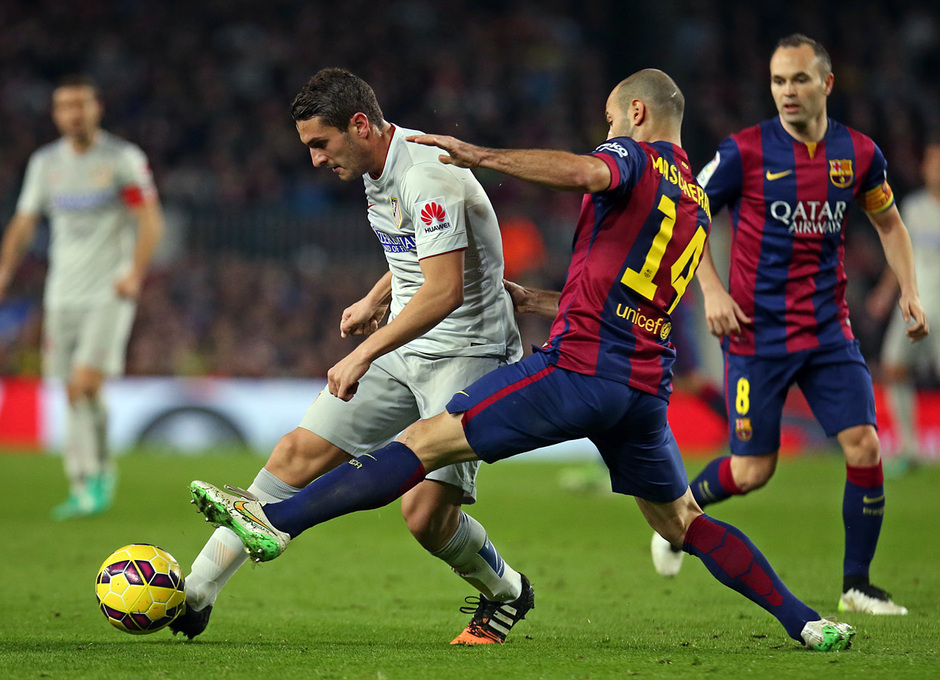 Temporada 14-15. Jornada 18. FC Barcelona-Atlético de Madrid. Mascherano busca robar el balón a Koke.