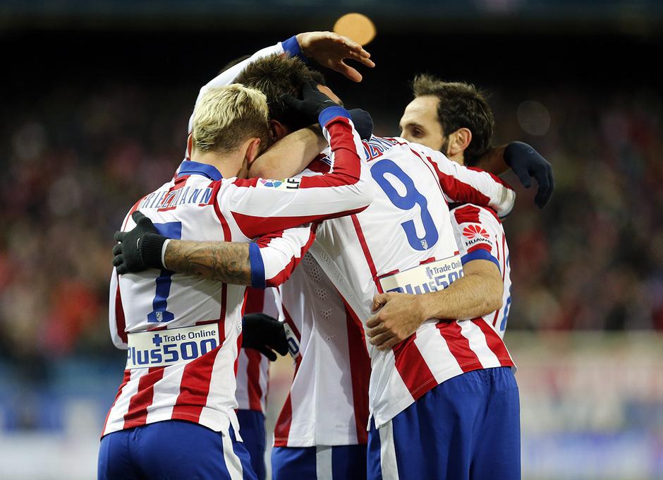 Temporada 14-15. Atlético de Madrid - Rayo Vallecano. El equipo se abraza a Griezmann tras el 2-0.