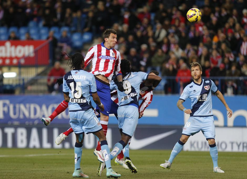 Temporada 14-15. Atlético de Madrid - Rayo Vallecano. Mandzukic remata de cabeza.