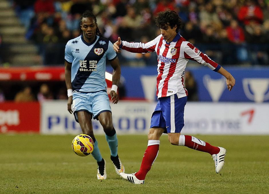 Temporada 14-15. Atlético de Madrid - Rayo Vallecano. Tiago controla el balón ante Manucho.