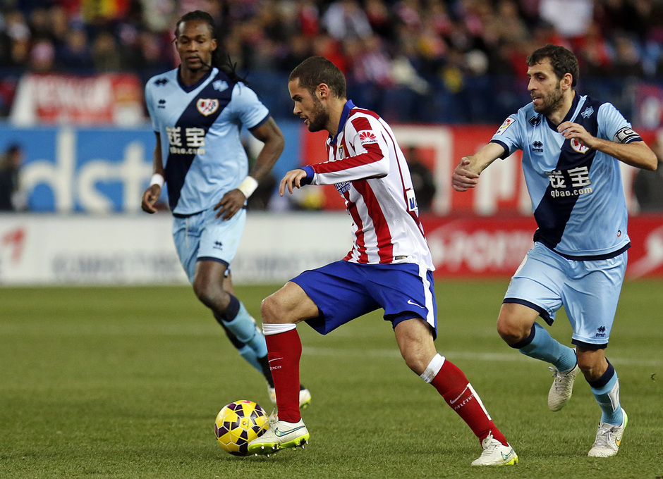 temporada 14/15. Partido Atlético de Madrid Rayo. Mario controlando un balón durante el partido