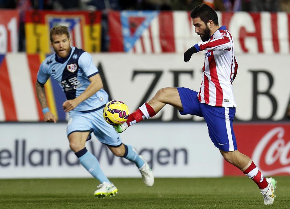 temporada 14/15. Partido Atlético de Madrid Rayo. Arda controlando un balón durante el partido