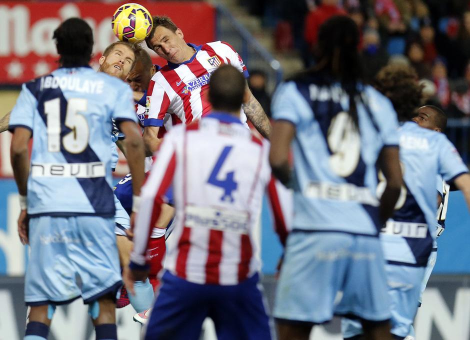 temporada 14/15. Partido Atlético de Madrid Rayo. Madzukic rematando de cabeza un balón durante el partido
