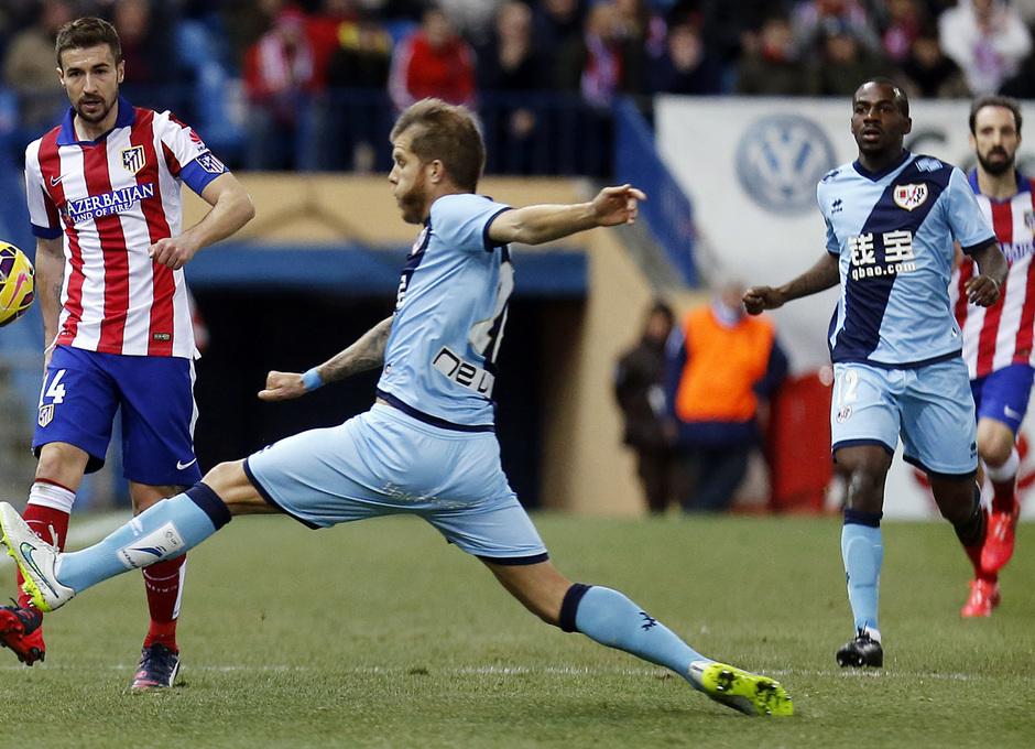 temporada 14/15. Partido Atlético de Madrid Rayo. Gabi pasando un balón durante el partido