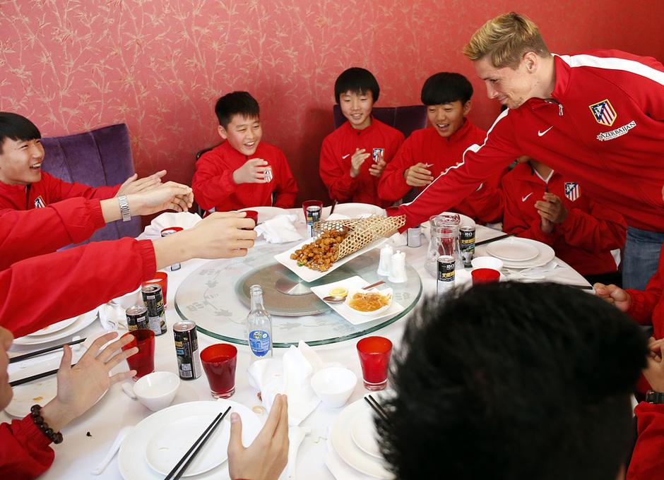 Fernando Torres deposita en la mesa un plato de comida