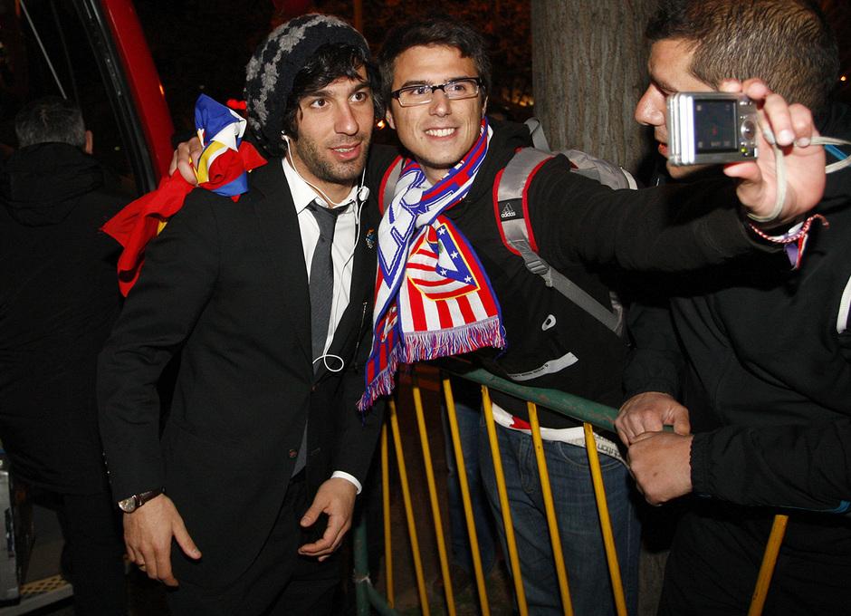Copa del Rey 2012-13. Un hincha se fotografía con Arda a la llegada a Sevilla