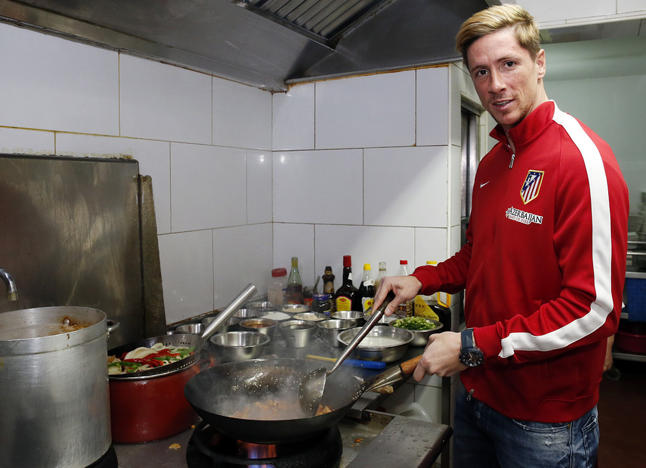Fernando Torres cocina un plato