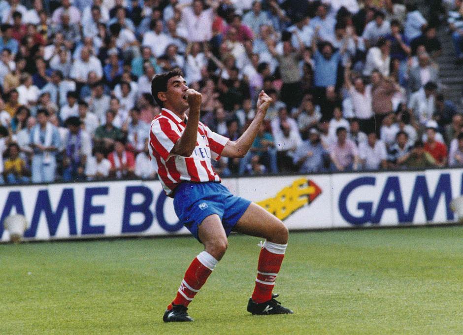 Manolo celebra un gol en un derbi en el 92