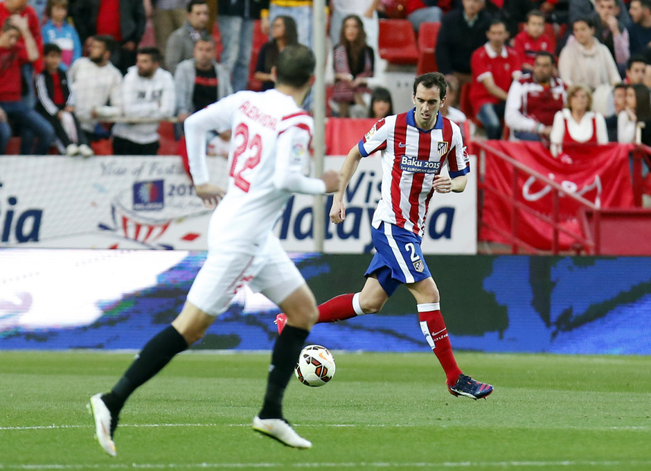Temporada 14-15. Jornada 25. Sevilla - Atlético de Madrid. Godín saca un balón jugado.
