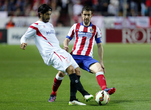 Temporada 14-15. Jornada 25. Sevilla - Atlético de Madrid. Gabi intercepta un balón.