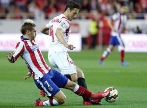 Temporada 14-15. Jornada 25. Sevilla - Atlético de Madrid. Griezmann recupera un balón en ataque.