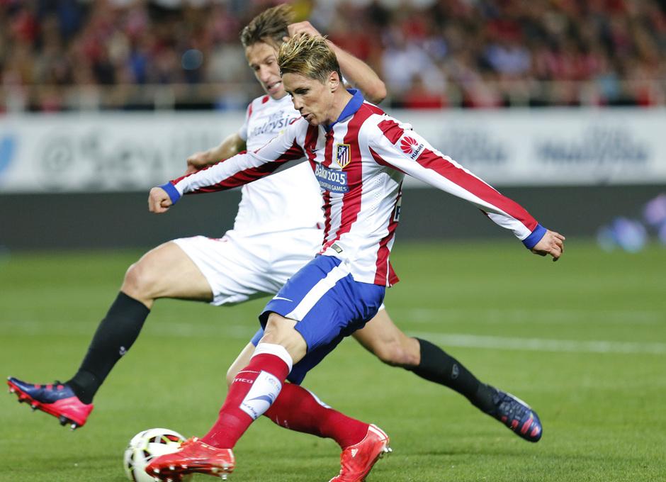 Temporada 14-15. Jornada 25. Sevilla - Atlético de Madrid. Torres intenta el disparo cruzado.