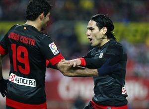 COPA DEL REY 2012-2013. Diego Costa y Falcao celebran uno de los goles en el Sánchez Pizjuán durante el partido de vuelta de la semifinal de Copa ante el Sevilla.
