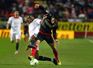 COPA DEL REY 2012-2013. Falcao lucha por un balón en el Sánchez Pizjuán durante el partido de vuelta de la semifinal de Copa ante el Sevilla.