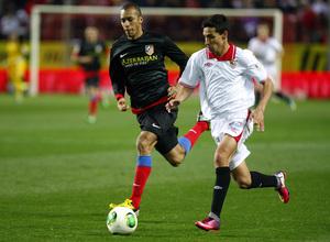 Miranda defiende a Navas en el encuentro de vuelta de la Copa en Sevilla