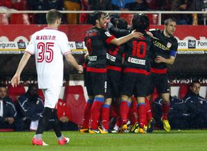 Los jugadores celebran un gol en Sevilla en la semifinal de Copa