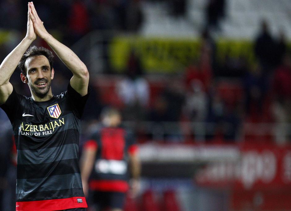 Temporada 12/13. Partido. Semifinales de la Copa del Rey. Juanfran saludando a los aficionados tras el partido en el Pizjuán