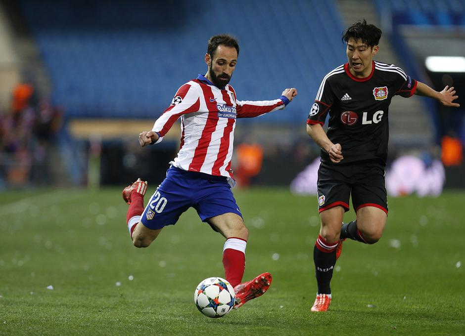 Atlético de Madrid - Bayer Leverkusen. Vuelta de octavos de final. Champions League. Juanfran, con el balón.