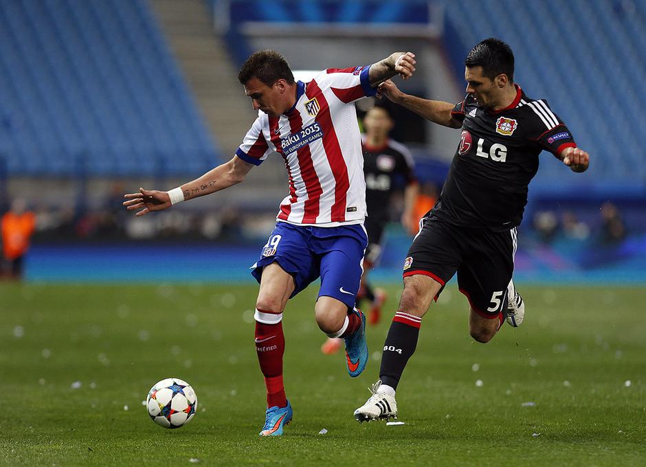 Atlético de Madrid - Bayer Leverkusen. Vuelta de octavos de final. Champions League. Mandzukic protege el esférico.